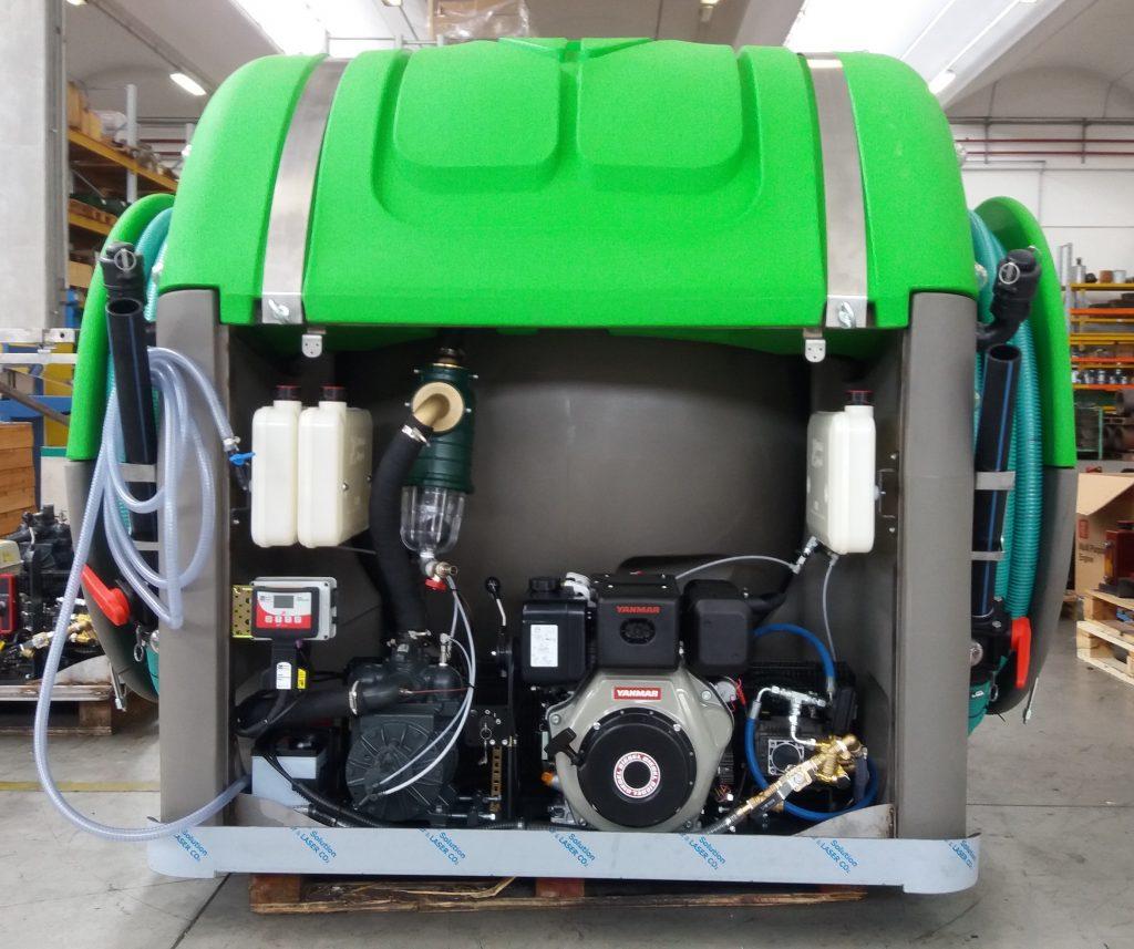 Ci-dessus, une version personnalisée avec un moteur Diesel de l'unité de vidange TrioTank pour WC portables